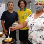 APRENDER E JOGAR – Alunos do projeto vendem coxinhas para realizar sonho de ser jogador de futebol